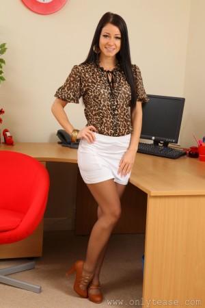 VOL.472 [OnlyTease] Kristina《灰丝超短裙+OL制服》高品质壁纸大图